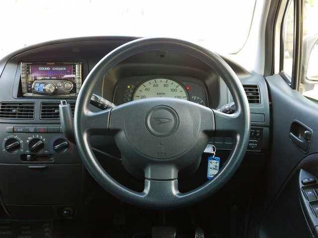 ハンドルもキレイ♪視界も広く、どなたにも運転しやすいお車です。