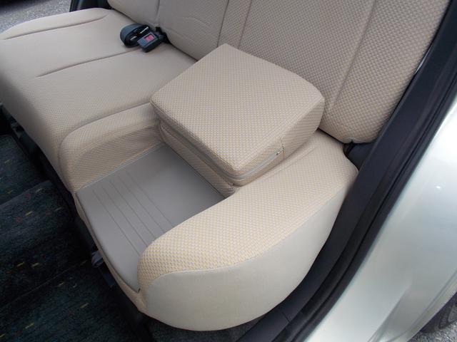 助手席側のリヤシートは座面を上げるとジュニアシートになる絡繰りになっています!わざわざチャイルドシートを乗降させる必要がありません!!