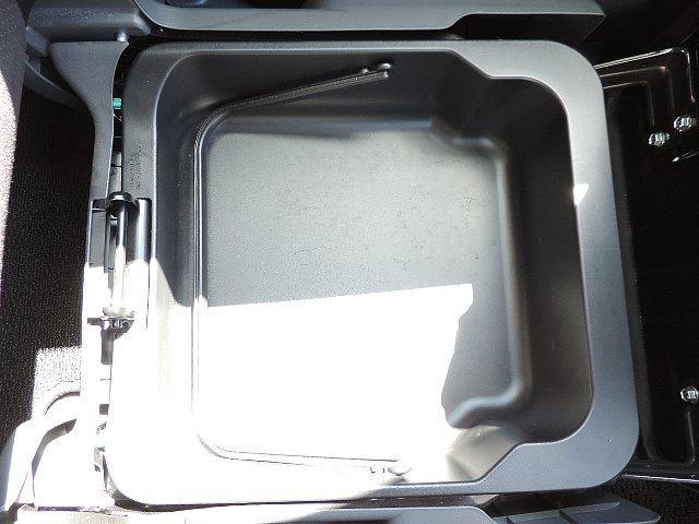 助手席の下には便利な収納がございます!