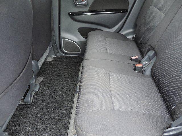 リアシートの足元でも充分な広さを確保しております。