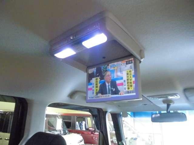 フリップダウン後席用モニターは走行中でもテレビの視聴が可能です。