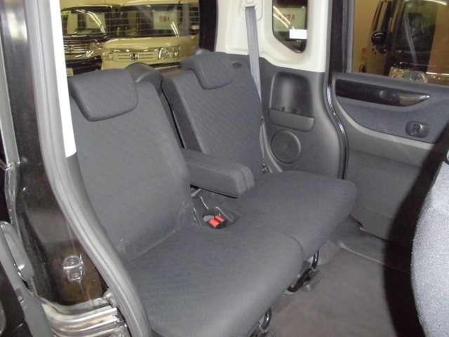 後席の足元空間は大変広く快適です。