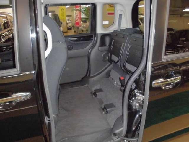 後席座面は跳ね上げが可能で室内高が135cmあり背の高い物を倒さず、そのまま積載が可能です。