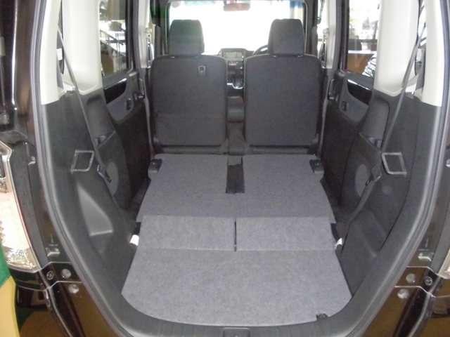 後席を前方に倒すと最大で1,172L(VDA方式による測定方法)の大容量の荷室空間となります。