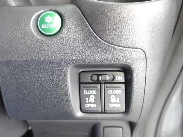 両側電動スライドドアです。運転席からの操作が可能なので、誰が乗るでも安心ですね。