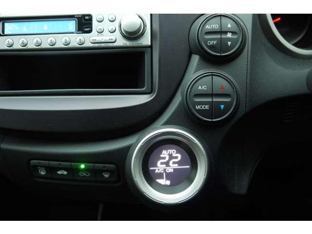 エアコンはフルオートタイプです。温度を設定しておけば風量や風の出る場所を自動で調節!あとは車におまかせですね。