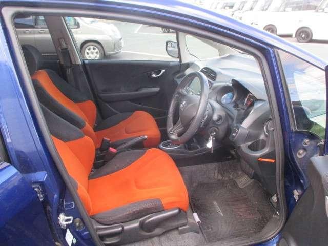 運転席は、ホールド性に優れたハイトアジャスター付きセパレートシートです。ハンドルは、上下と前後の調整ができる、チルト&テレスコピックステアリングです。