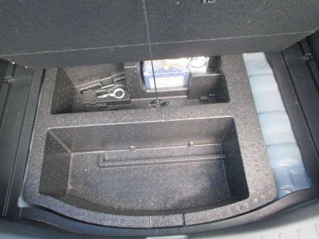 ラゲッジルームアンダーボックス ・・・ 応急パンク修理キットや付属工具、小物が収納できる便利な床下収納。