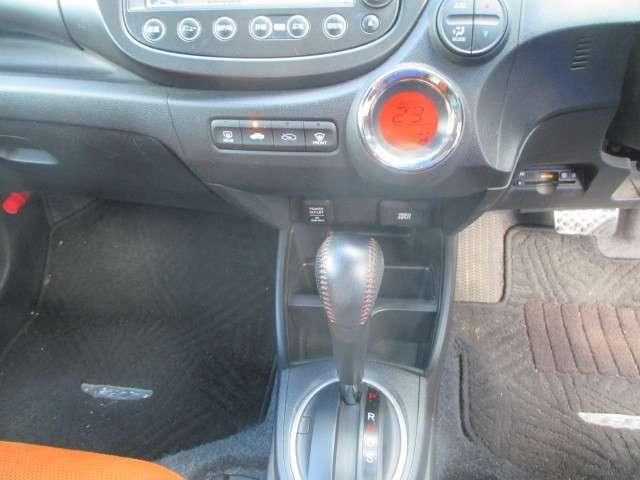 フルオートエアコンはお好みの温度にすれば、内気・外気の切替、風量etc,をコントロールして車内を快適にしてくれます♪