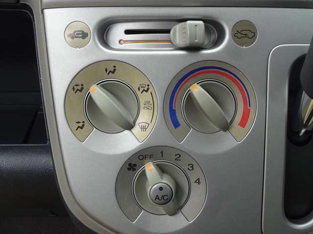 エアコンはマニュアルエアコンです。ダイヤル式で素早く操作できてオールシーズン快適にドライブできます。