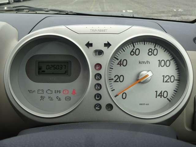 メーターは、シンプルな二眼メーターです。大きなスピードメーターを右に置き、車の情報が分かるメーターを左にして、シンプルで見やすいメーターにしてます。
