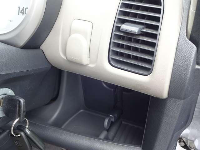 運転席右側にポケットを装備しております。缶コーヒーを置いたり、仕切りを上げると小物も置けます。