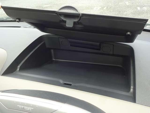 運転席前のダッシュボードにポケットを装備して書類を入れたり、外から見られたくない物も入れられます。