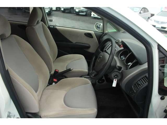 操作性に優れた運転席となります!小物入れや各ボタンの配置にこだわり、使いやすさは抜群です!座り心地もよく視認性も良好なのでロングドライブもお任せ下さい!