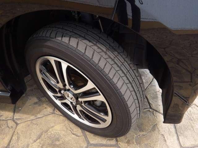フロントタイヤを撮影しました♪タイヤの山もしっかり残っております!ユーカー選びのポイントのひとつですね