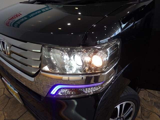 ディスチャージヘッドライト搭載でしっかり明るく照らしてくれるので、夜間走行や不慣れな道でも安心です。