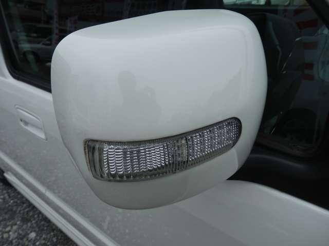 大体の車には装備されていますが、電動格納ミラー付です。便利な事に、角度の調整までもが手元で出来てしまいます!