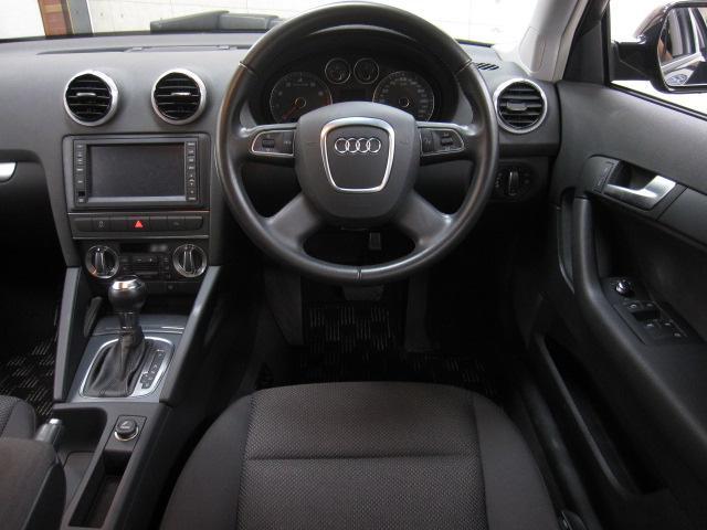 内装は良好な状態のブラックモケットシートに便利なステアリングスイッチなども装備しております。