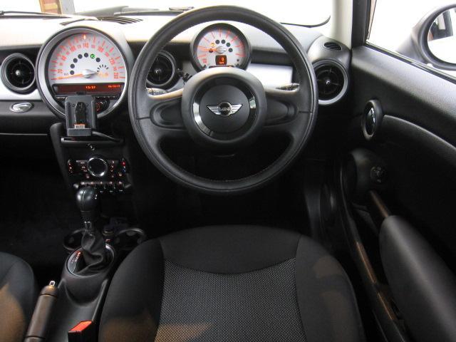 内装は良好な状態のブラックモケットシートにスタイリッシュなシルバーパネル装備となります。