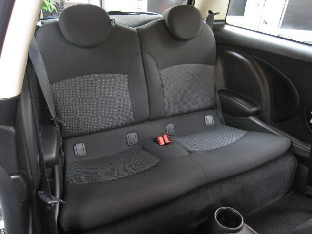 リアシートも大人が充分座れるスペースを確保しております。長距離運転も疲労が溜まらない造りになっております。