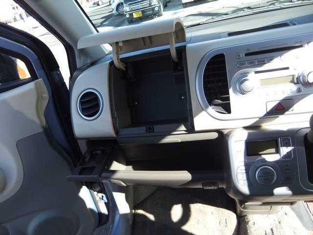 助手席前の収納スペースです。☆販売車両は当社専任スタッフが認めた良質車両のみを厳選して取り揃えております。価格に勝る品質を是非ご覧くださいませ。