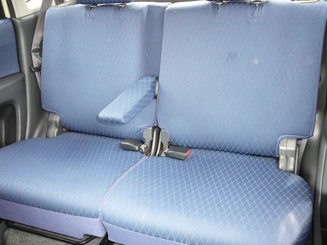 リヤシート席アームレスト付いています。