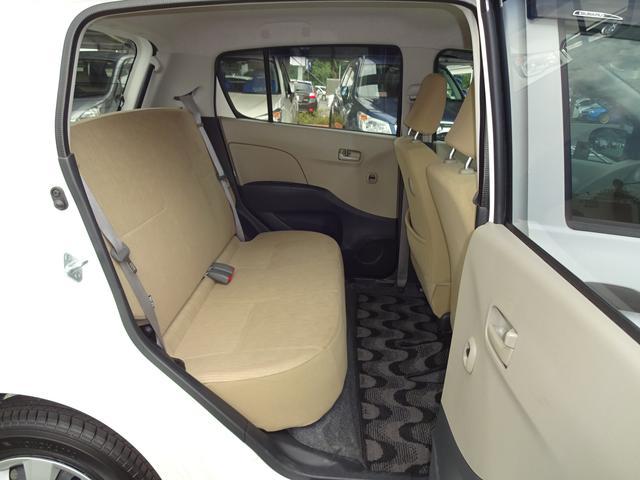 リヤシートの足元にはかなりゆとりのあるスペースがあり、4名乗車の場合でも十分な広さが確保されています☆
