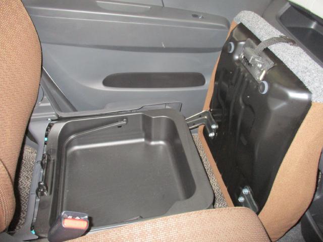 助手席シート下に取り外しできるケースが入っています