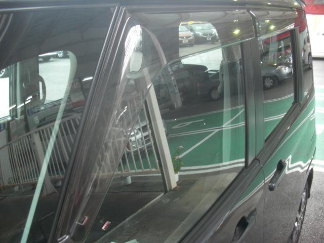 プラスチックバイザー:小雨時にもウインドウガラスを少し開けて、車内の換気ができます。