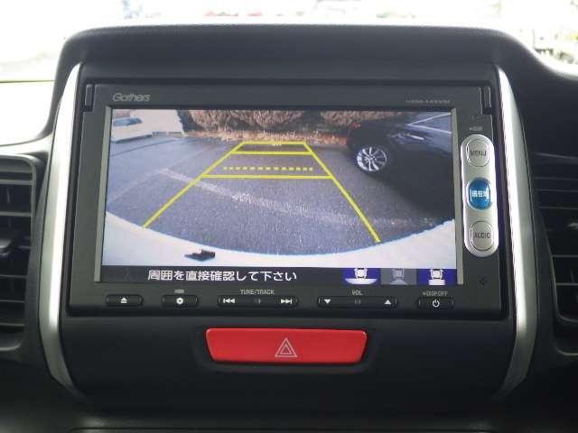 バックギアに入れますとご覧のような画像に自動的に切り替わります。車庫入れ時や縦列駐車時などに役立ちます。