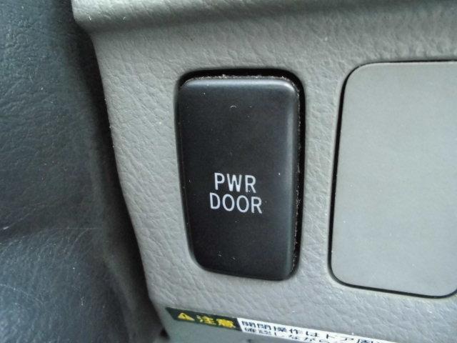パワースライドドア付で乗り降りも楽々♪Pドア後付は不可能に近いですので、初めから装備済のお車をお選び下さい。小さなお子様が自慢できる装備です♪