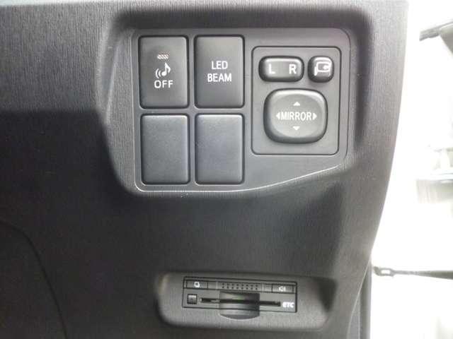 運転席右側に電動格納ミラーのスイッチ等がついています。