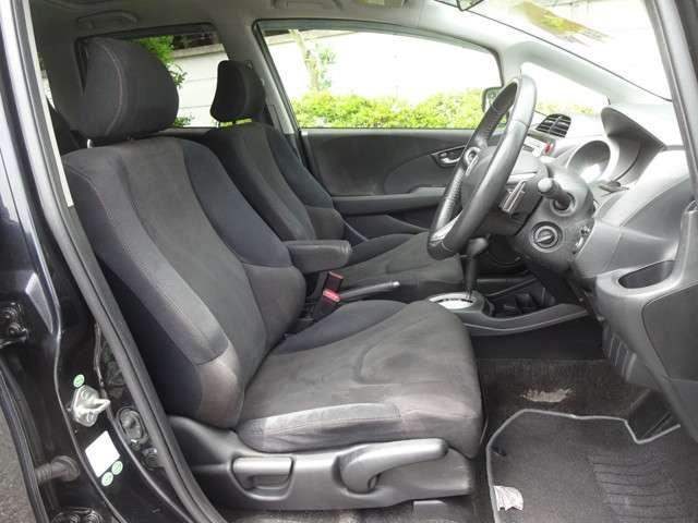 運転席にはアームレストを装備しておりますのでゆったり運転していただけます。ロングドライブでも疲れません。
