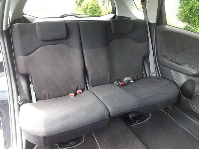 リアシートは、シートの座面を考慮し、ゆとりある着座姿勢を保てるようにシートバックの角度を最適化したシートを設定。2段階リクライニング機能が付いていて、ゆったりくつろぐことが出来ます。