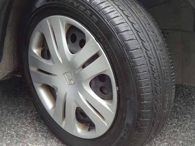 タイヤはグッドイヤーのGTエコステージを装着しております。15インチ純正ホイールカバーでとてもスタイリッシュです。その他にご不明な点がございましたらお気軽にお問い合わせください。