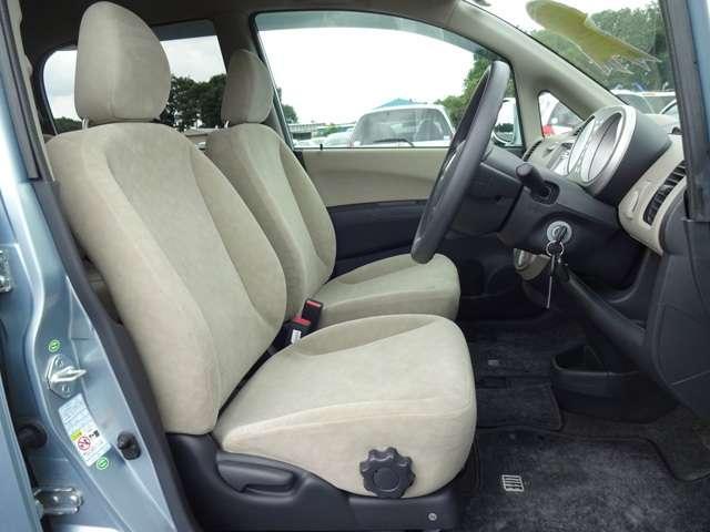 運転席には高さ調整ができる『シートハイトアジャスター機能』が付いています! これなら小柄な方にも大柄な方にも自分にぴったりの運転姿勢がとれますね。