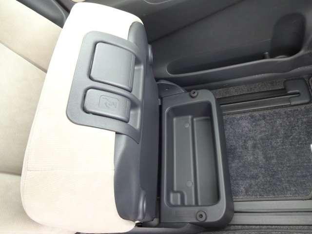 助手席シート下にポケットを装備しております。普段使わない書類や小物を収納できます。