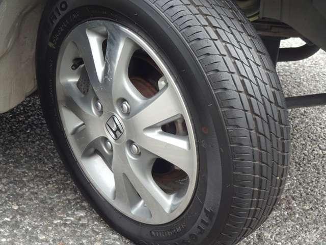 タイヤはファイヤーストーンのFR10を装着【155/65R13】13インチ純正アルミホイールでとてもスタイリッシュです。その他にご不明な点がございましたらお気軽にお問い合わせください。