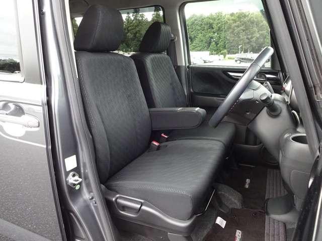 大柄な人でも不満の無いようの設計したフロントベンチシート。運転席はアイポイントを高くし視界良好です。インパネシフトで左右の移動が楽々。無限フロアマット装備で スポーティな室内です☆