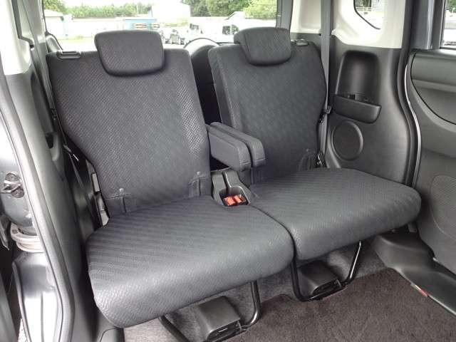 リヤシートは、シートの座面を考慮し、ゆとりある着座姿勢を保てるようにシートバックの角度を適度に調整できるリクライニングシートにしています。長距離にも十分適してます。
