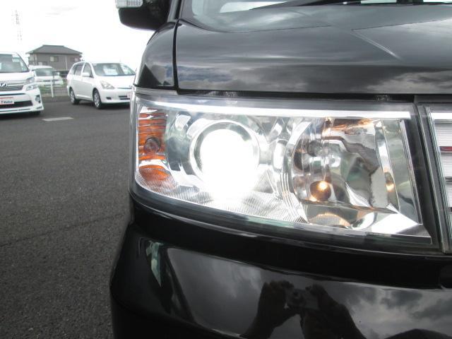 【ディスチャージヘッドランプ(HIDヘッドランプ)】・・・太陽光に近い色と大光量で夜間の視野を確保。 対向車・先行車へ眩惑光防止に配慮し、常に照射軸を一定に保つオートレべリング機能を装備しています。