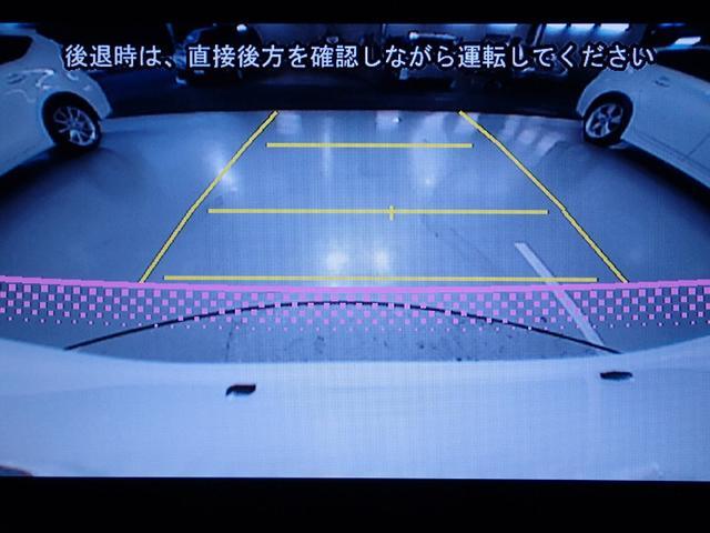 車庫入れなどの後退時に、後方の視界をナビ画面に表示するカメラです。駐車の目安となる車幅延長線、距離目安線(固定)も表示します。