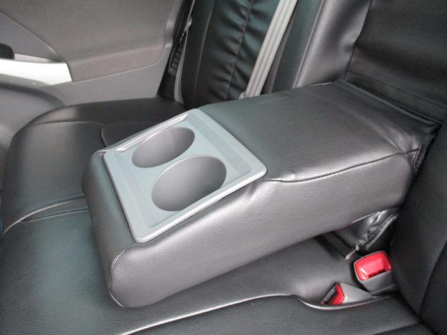 セカンドシートの真ん中に肘掛けがありますよ!ドリンクホルダーも付いてます!
