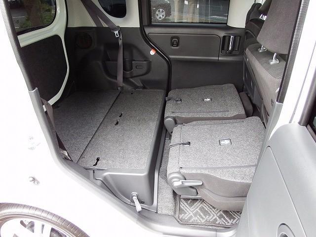 「後席は分割可倒式」なので、後席の片側を倒すだけで長尺物の積載が可能です。もちろん、両側倒すと大きなラゲッジスペースが出現いたします。大きな荷物を積んで、お出掛けしましょう。