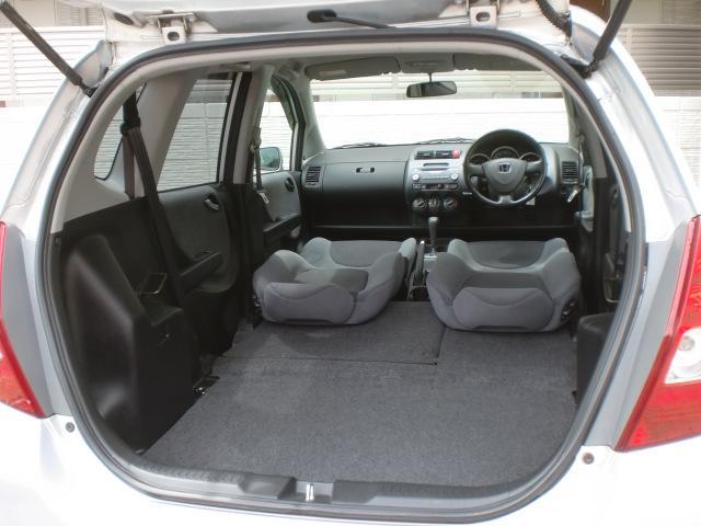 ★リアシートを前方に倒すとほぼ平らになる荷室に★さらにフロントシートをリクライニングすることも可能!★
