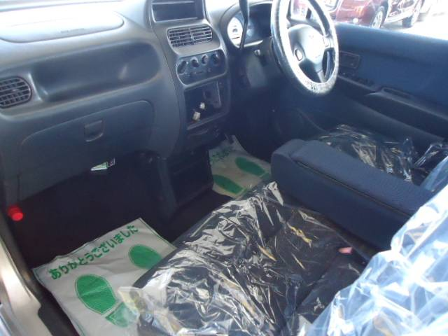内装クリーニングは当店の専門スタッフが行います。納車時はピカピカのお車でお帰りいただけます。