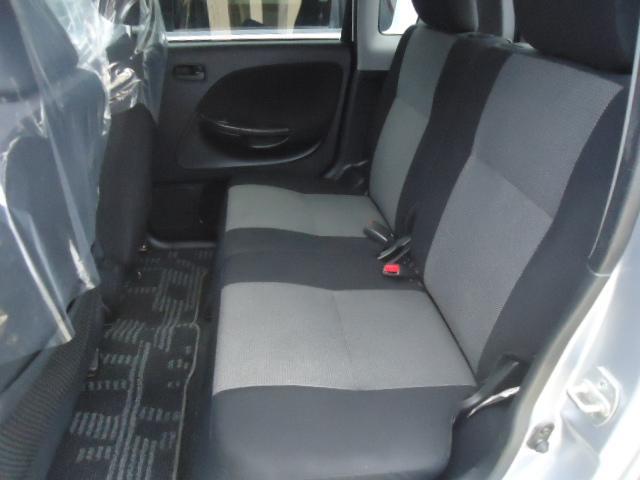伸び伸びお座りいただけるセカンドシートです。足下ゆったりでドライブも楽々ですね