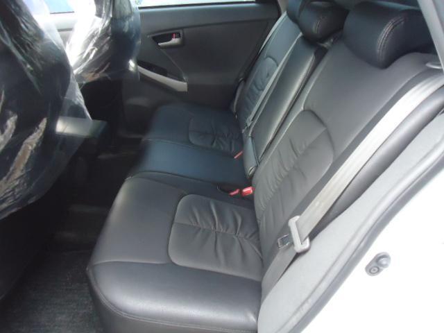 ゆったり落ち着いたセカンドシートです。ブラック本革調シートカバー付です。