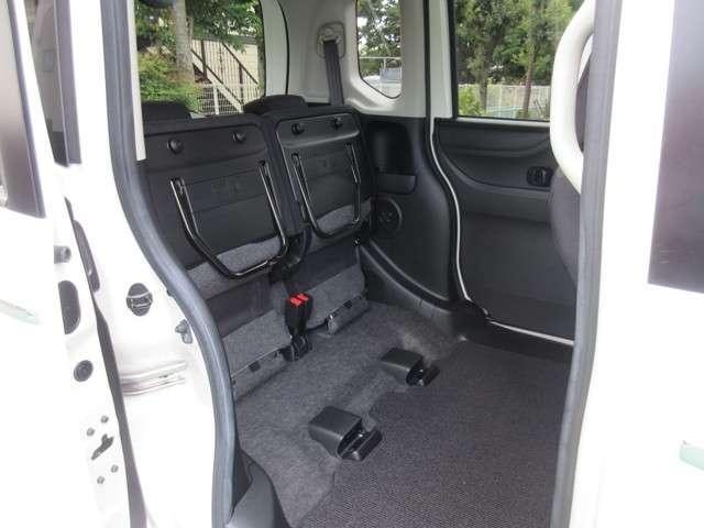 リヤシートの座面クッションを、上にあげて固定することが出来ます!横にしたくない荷物、例えば観葉植物やベビーカーなどをのせる時に便利です!