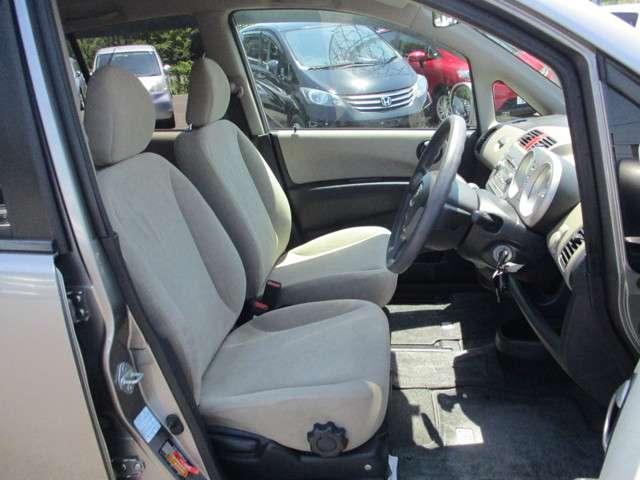 フロントシートはセパレートタイプ♪♪シートは低反発の柔らかさをもたらした厚みのあるクションが自慢のワイドシート☆ゆったり快適にお座り頂けます!!